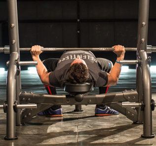 Ширина хвата может быть разной и зависит от телосложения спортсмена. Атлет с длинными руками хватает шире, с короткими – уже. Подбор оптимальной ширины производится индивидуально, в ходе тренировок.