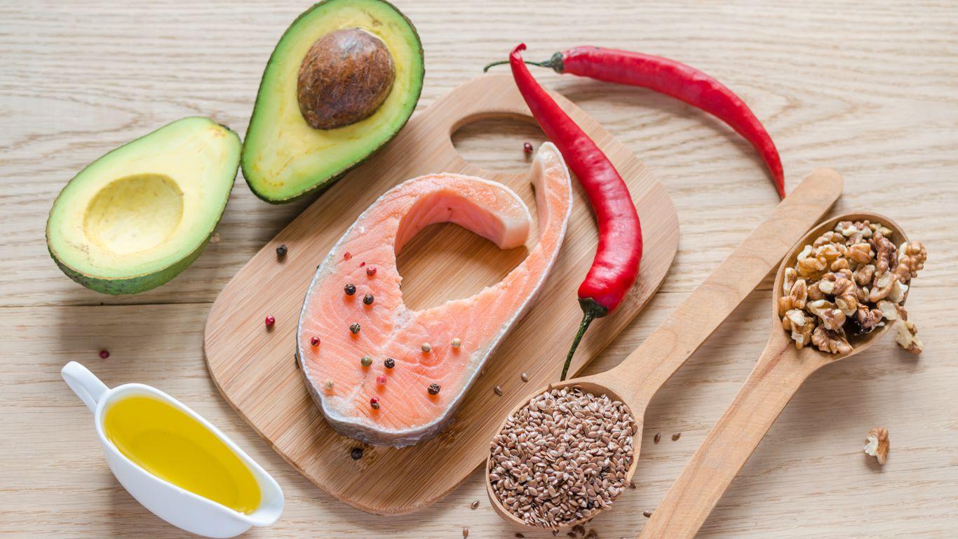 Классический метод построения диеты, который используют большинство атлетов, таков: приём определённого количества белка, а затем постепенное нахождение оптимального баланса между углеводами и жирами – именно такого, который будет работать.