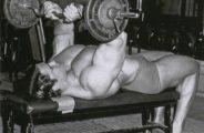 Программа занятий каждого спортсмена должна быть максимально разнообразной. Это позволяет эффективно проработать каждую группу мышц. Потому, многие специалисты рекомендуют включать в неё французский жим лежа.