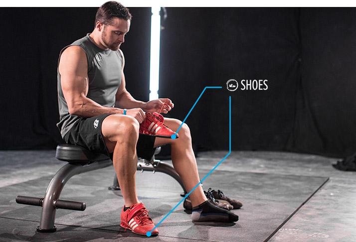 Как приседать со штангой: учебное руководство Лейна Нортона. Как минимум, вам нужна обувь с твердой подошвой. Converse All-Stars – это отличный выбор. Мне также нравится обувь для тяжелой атлетики. Самое замечательное в них – это то, что у такой обуви твердая подошва и повышенная пятка.