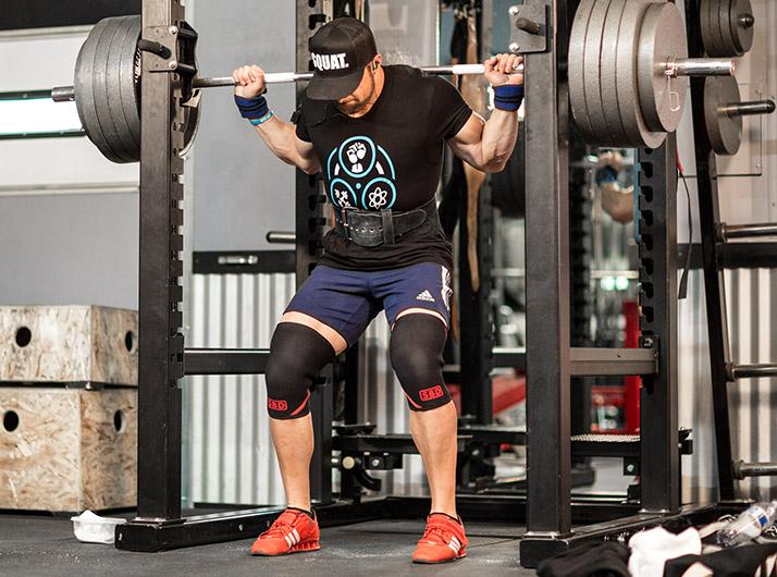 Как приседать со штангой: учебное руководство Лейна Нортона. Когда вы станете в исходную позицию, вы можете немного подстроить свои ноги, чтобы убедиться, что они стоят ровно. Я не советую ставить ноги слишком близко или слишком далеко друг от друга. Поставьте ноги так, будто вы собираетесь подпрыгнуть.